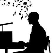 Homme qui chante au piano